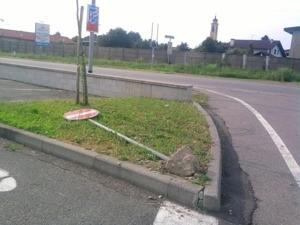 Ossona, segnaletica stradale atterrata e altre buchette