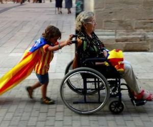 Catalogna, lunghe code davanti ai seggi per votare per l'indipendeza