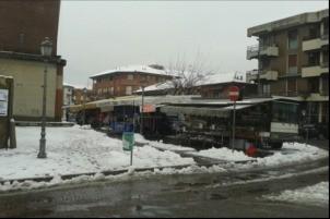 Al mercato di Ossona la neve la spalano i commercianti
