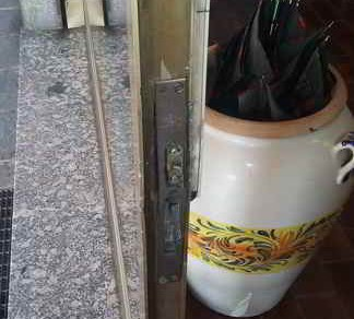 I danni al negozio via Bossi Ossona