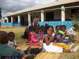 Suor-Dalmazia-coi-bambini Mozambico a Morimondo. Si inaugura una mostra su storia e cultura Piazza Litta Prima Pagina