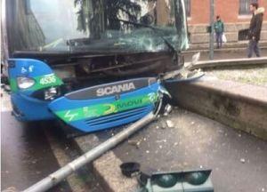 movibus-1-300x216 Malore dell'autista Movibus e l'autobus si schianta Piazza Litta Prima Pagina