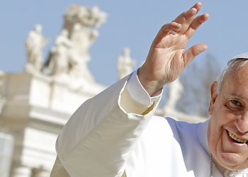 Pope Francis waves as he leads the weekly audience in Saint Peter's Square at the Vatican February 18, 2015. REUTERS/Giampiero Sposito (VATICAN - Tags: RELIGION)