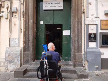 Napoli, l'odissea di Ferdinando e di tutti i disabili per accedere agli uffici della I municipalità