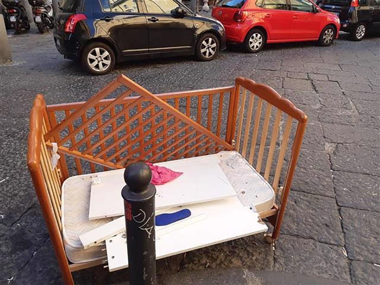 Napoli, culla abbandonata tra i rifiuti in pieno centro storico