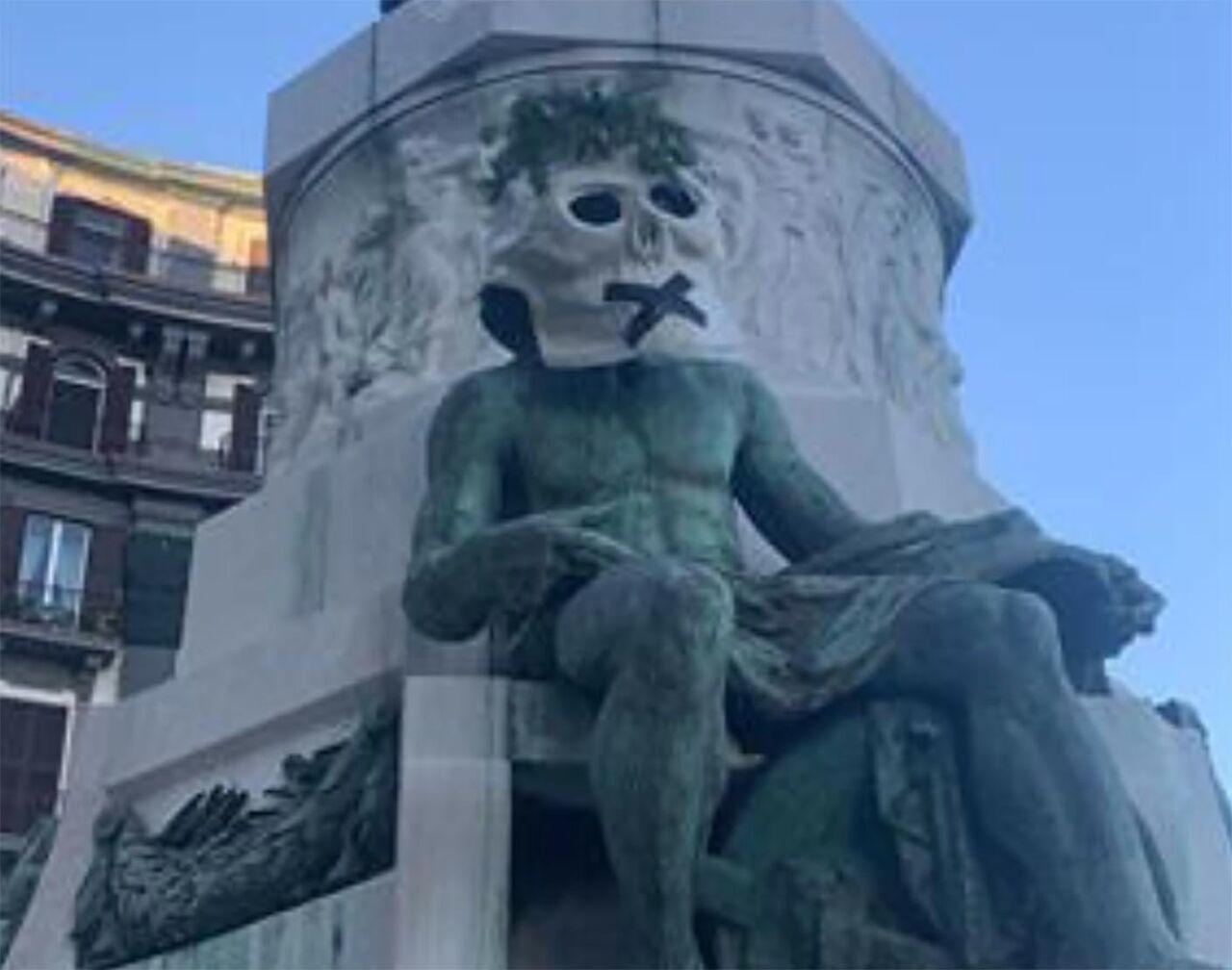 Napoli, teschi sulle statue: è azione di ambientalisti Extinction Rebellion