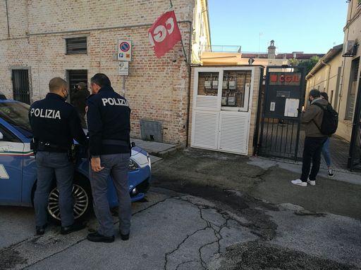 A Jesi bomba incendiaria davanti la sede della Cgil