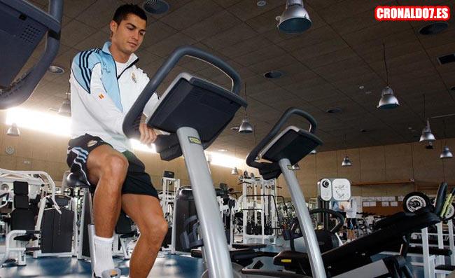 Cristiano Ronaldo recuperandose en el gimnasio