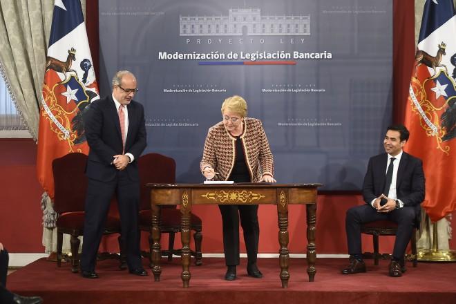 Bachelet firma proyecto de ley que moderniza la Ley General de Bancos