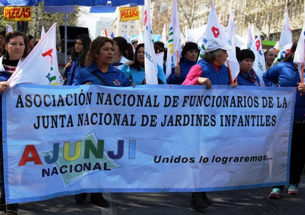 Trabajadores de Educación Parvularia marchan por el centro de Santiago
