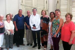 José Julio Rodríguez –en el centro– posa junto a algunos de los asistentes a la presentación.