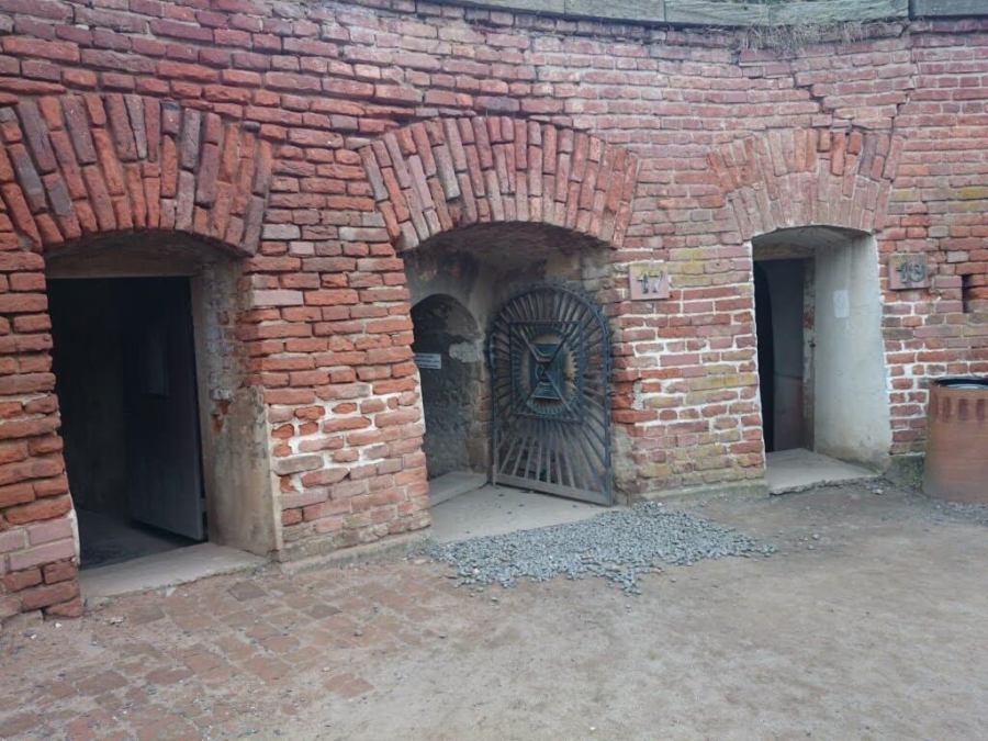 Acceso al túnel subterráneo.Campo de Concentración Terezin. Cementerio Terezin Memorial.Praga