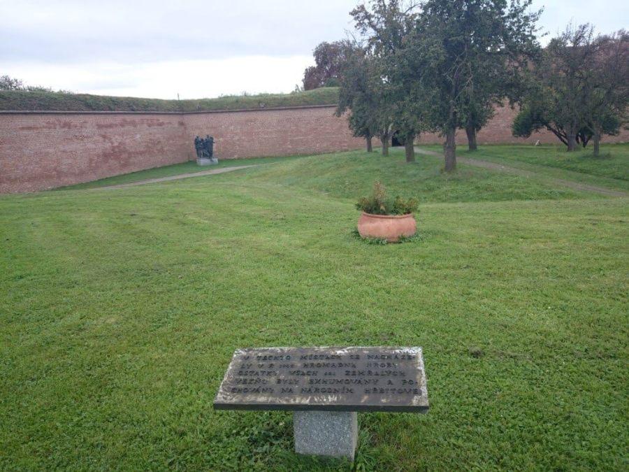Fosas comunes.Campo de Concentración Terezin. Cementerio Terezin Memorial.Praga