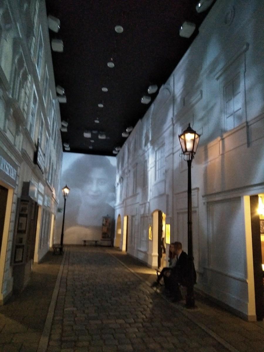 La réplica del techo de una sinagoga de madera del s.XVII es una muestra espectacular. Está cubierta con pinturas de colores que representan los signos del zodíaco judío, escenas de Tor,así como motivos florales y animales. La sinagoga estaba situada en la ciudad de Hvizdets (ahora en Ucrania). Aunq