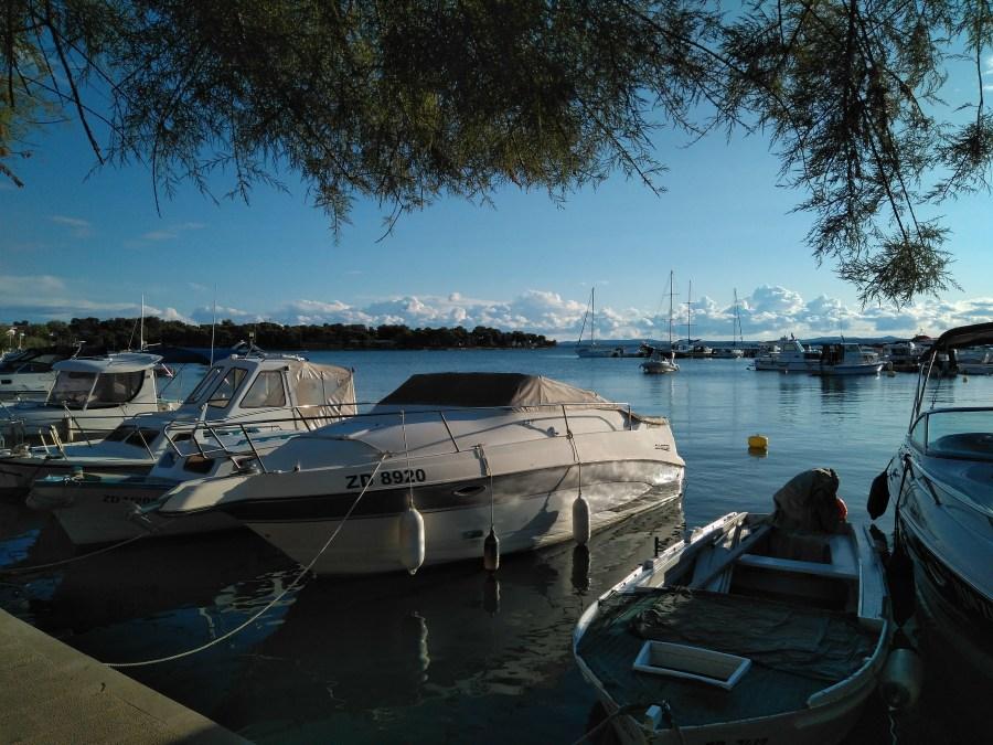 Un puerto encantador en Petrcane.