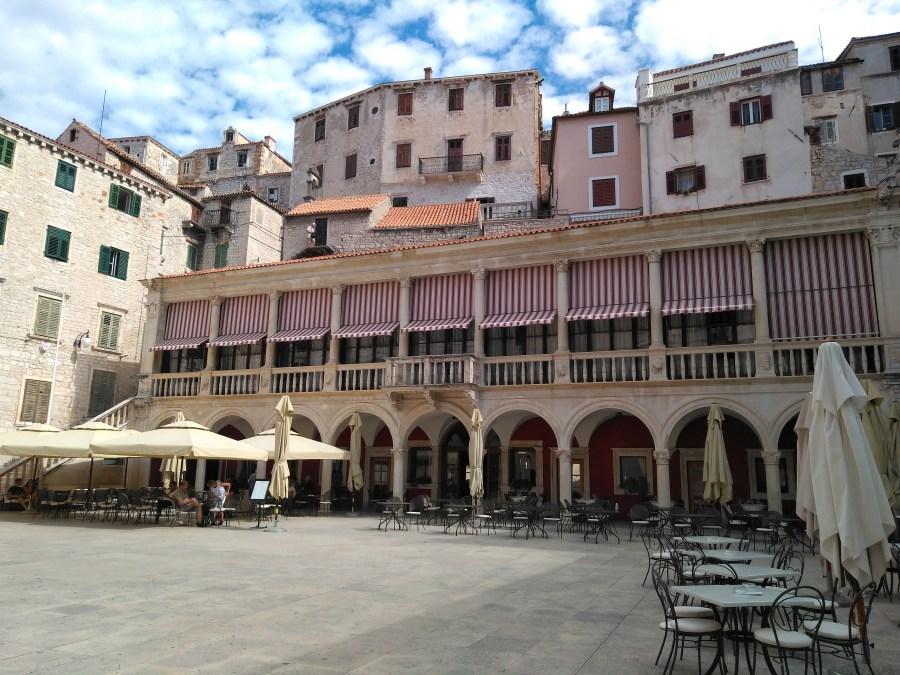Sibenik y Trogir.Plaza del Ayuntamiento de Sibenik. Croacia.