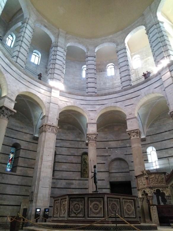 Interior de Baptisterio. Este está más derechito que la Torre Inclinada de Pisa.