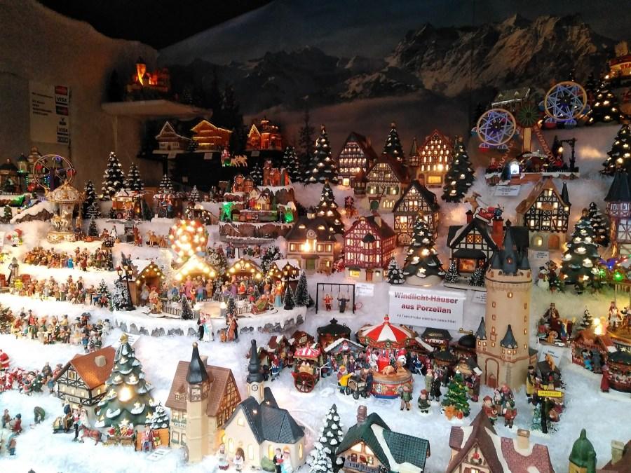 Puestos y adornos en los mercados navideños de Basilea.