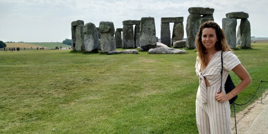 Visitar Stonehenge. Feliz en Stonehenge.