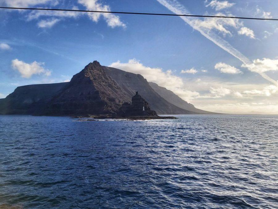 Vistas de la costa de Lanzarote desde el ferry.