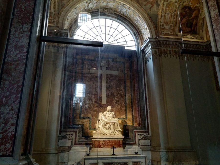 La Piedad, en el interior de San Pedro, El Vaticano.