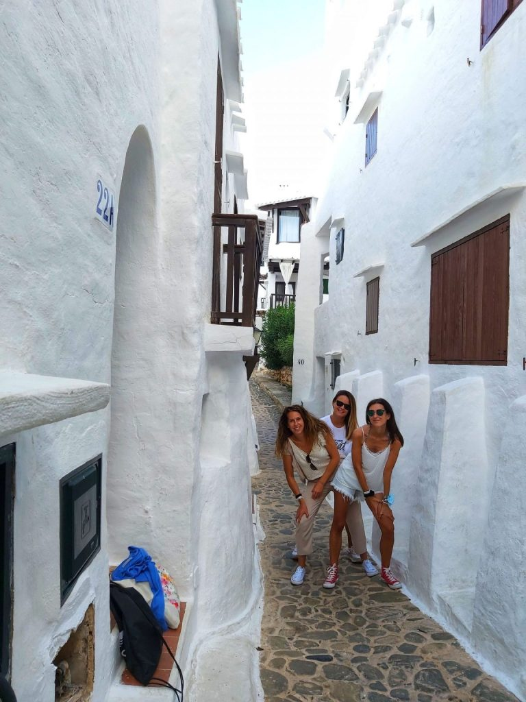 3 girls in Binibeca.