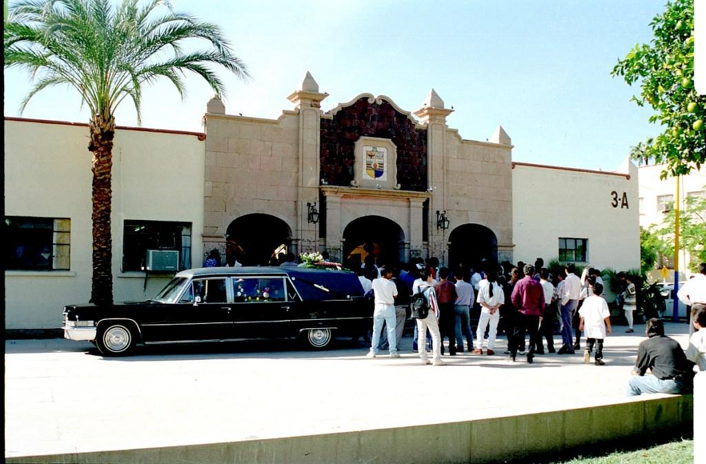 Guardia de honor en cuerpo presente de Abigael Bohórquez por sus estudiantes, colegas y amigos en el Departamento de Letras y Lingüística de la Universidad de Sonora. Fotografía: Ezequiel Silva.