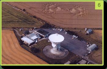L'antenne de l'observatoire et l'agroglyphe représentant une antenne - Chibolton  - Août 2000