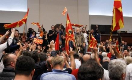 Над 70 са ранените след погрома в парламента в Скопие