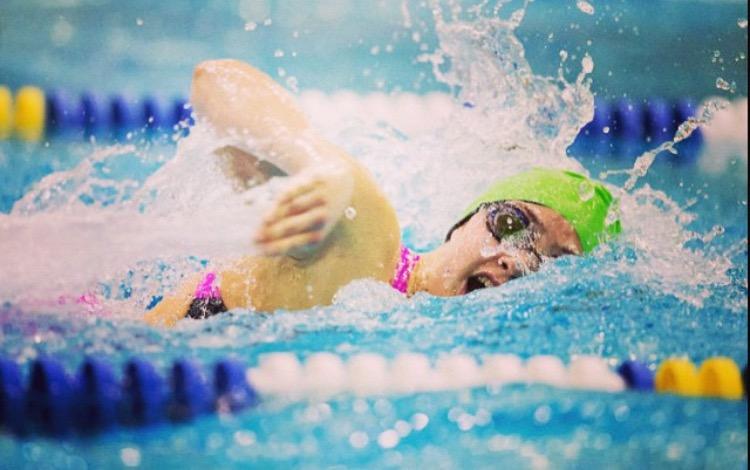 Senior+Ellie+Ridgeway+swims+freestyle+at+an+AAC+swim+meet+in+2015.+