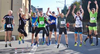 Gruppenfoto crossfirecoaching Athleten springen in die Luft