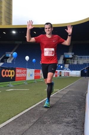 Zieleinlauf eines crossfirecoaching Athleten am Swiss City Marathon Luzern