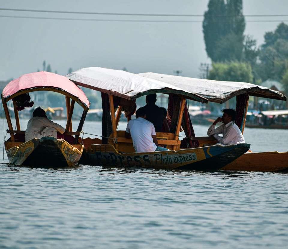 Boat ride in your Srinagar Trip
