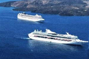 Kreuzfahrtschiffe vor Santorin