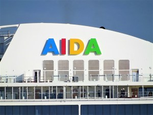 AIDAnova - Reederei-Schriftzug