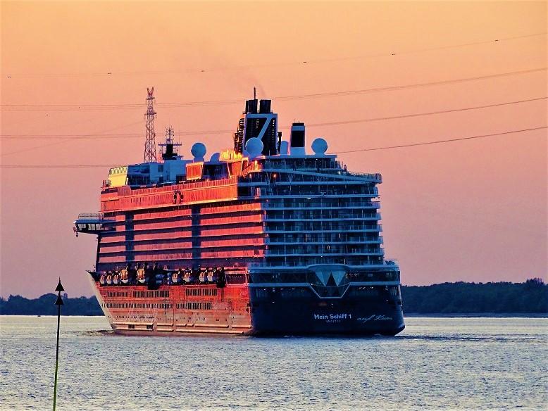 q?_encoding=UTF8&ASIN=8790924681&Format=_SL250_&ID=AsinImage&MarketPlace=DE&ServiceVersion=20070822&WS=1&tag=cruisedeck-21&language=de_DE Crew-Tausch bei TUI Cruises