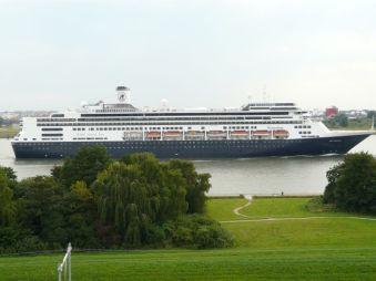 Het blijft een indrukwekkend schip als hij langs vaart bij mijn appartement in Maassluis. Altijd een genot om naar te kijken. - Maarten van der Ende, 19 juli 2014