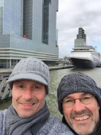 Een selfie voor we aan boord stappen van de Rotterdam. Met het gebouw de Rotterdam is dit een mooi plaatje. April 2015, cruise Canarische eilanden en Noorwegen . Rob Tiesema, april 2015