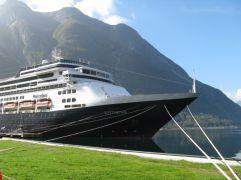 Na het boeken van een cruise naar Noorwegen is mijn man in juni 2014 zijn baan kwijtgeraakt. Om die reden waren we vastbesloten om de cruise te annuleren, maar we hebben dat uiteindelijk toch niet gedaan omdat 2014 ook het jaar was waarin wij 30 jaar getrouwd waren en we vonden dat we dat niet zomaar voorbij konden laten gaan. We zijn dus gewoon gegaan en wat hebben we genoten! Eidfjord, Noorwegen. Els van der Linden, 2014