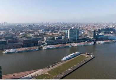 Lege riviercruiseschepen vinden onderdak bij cruiseterminal PTA in Amsterdam