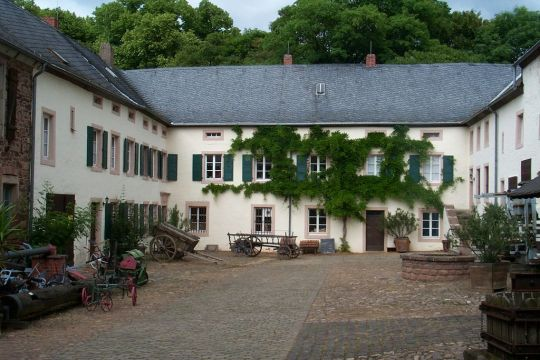 1024px-RoscheiderHof-innenhof-200652