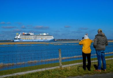 Odyssey of the Seas in Eemshaven na succesvolle Eemstocht