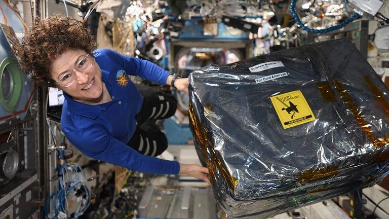 L'astronaute Christina Koch décharge un nouveau matériel pour le Cold Atom Lab à bord de la Station spatiale internationale la semaine du 9 décembre 2020.
