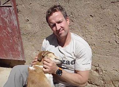 """""""Je n'ai jamais dit que mes chiens étaient une priorité avant les gens"""": l'ancien Royal Marine Pen Farthing a sauvé 170 animaux de compagnie mais a laissé son personnel à Kaboul"""