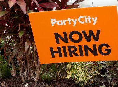 Les demandes de chômage chutent à un nouveau creux pandémique et tombent en dessous de 300 000 pour la première fois en un an et demi