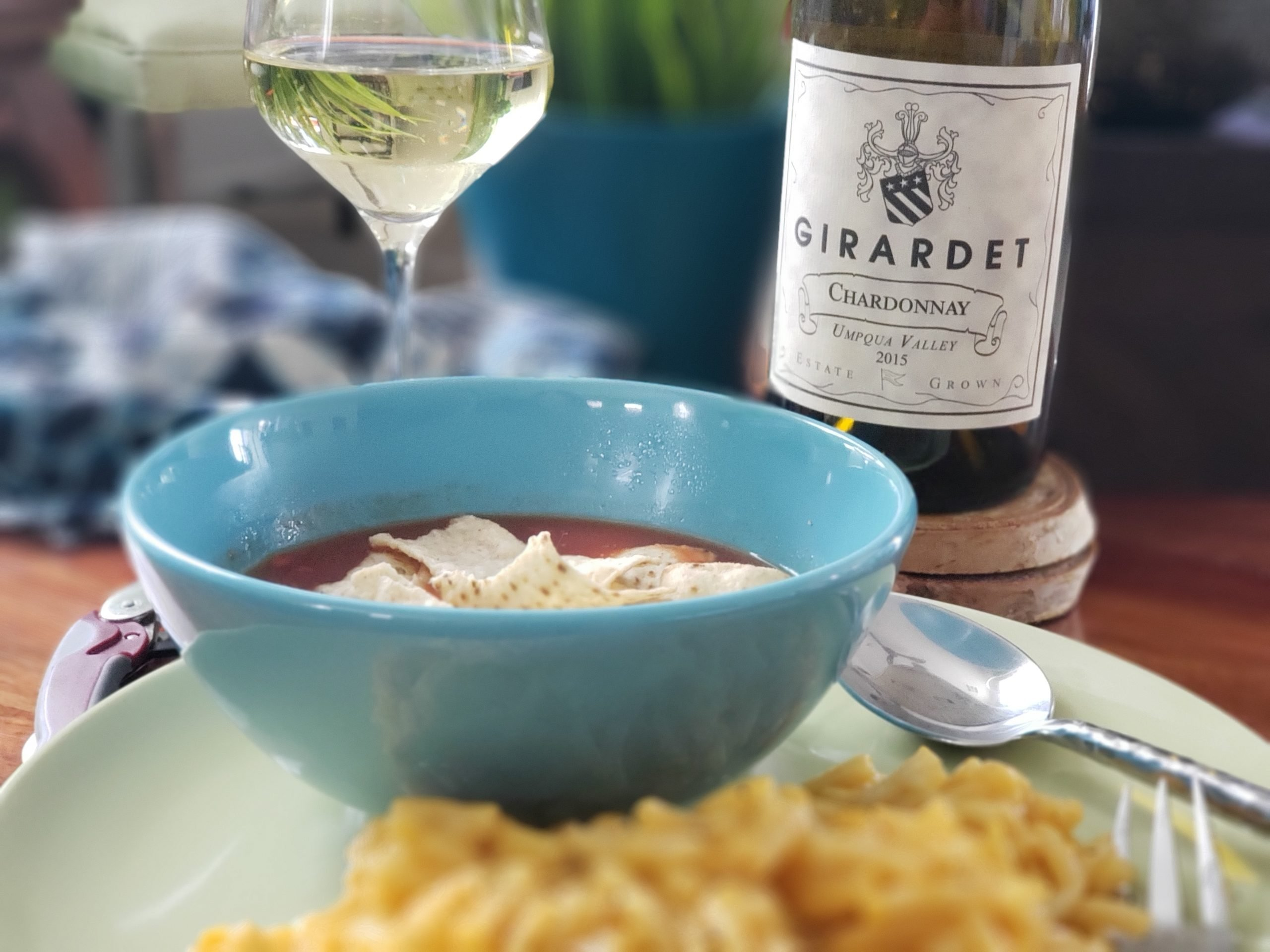 Mac & cheese and tomato soup we paired with a Girardet Vineyards 2015 Chardonnay from the Umpquay Valley of Southern Oregon! #pantrypairings #travelinabottle