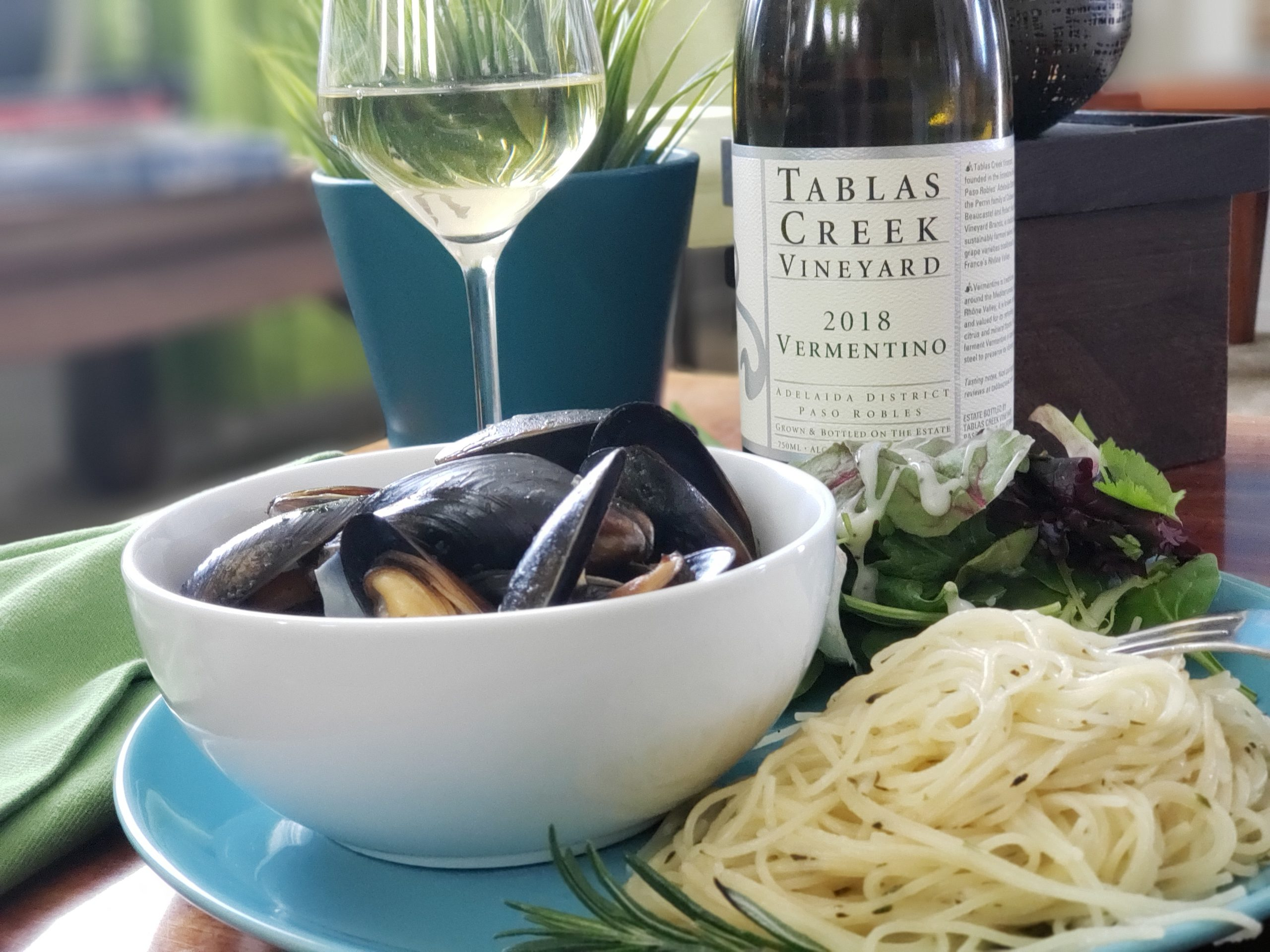 Tablas Creek 2018 Vermentino with mussels #pantrypairings #Travelinabottle