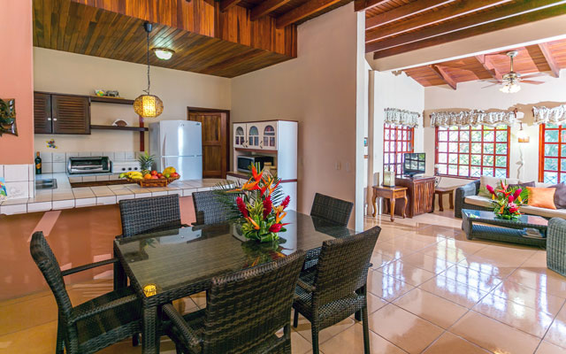Villa Playa Mono - Kitchen and dining