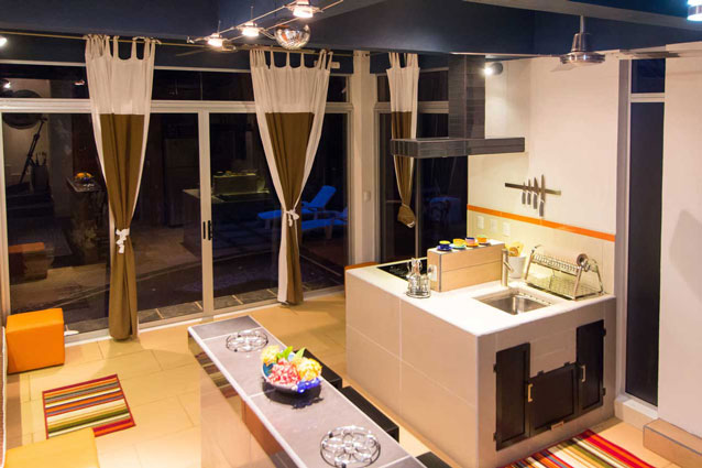 Manuel Antonio Home Rentals: Espadilla Ocean Club kitchen night