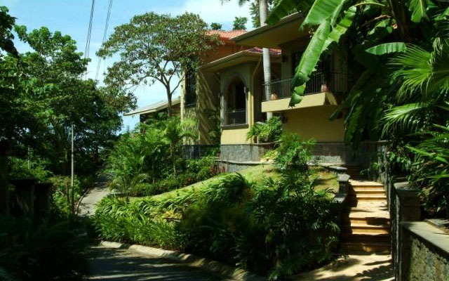 Manuel Antonio Vacation Properties: Casa Carolina entrance exterior